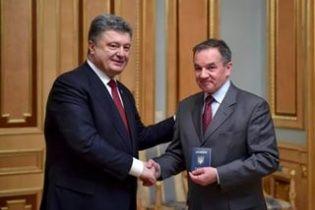 Порошенко вручив паспорт громадянина України французькому меценату з українським корінням