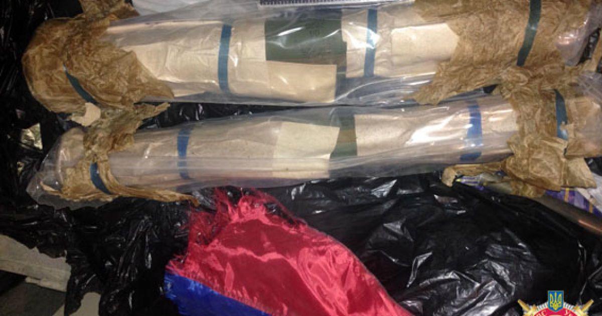 У схованці виявили зброю та злочинну символіку терористів @ mvs.gov.ua