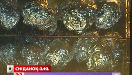На Буковеле угощают запеченным картофелем