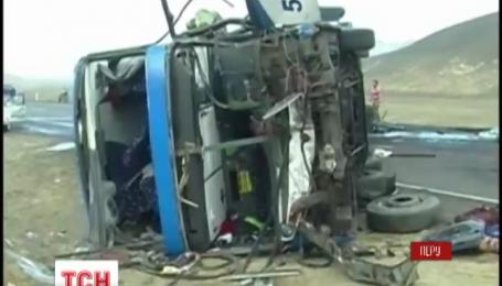 У Перу пасажирський автобус врізався у три інші автівки