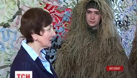 В Житомире волонтеры плетут маскировочные костюмы по собственному дизайну