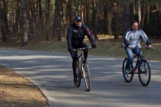 Кличко покупался в ледяном Днепре, надел лосины и покатался на велосипеде с подчиненным