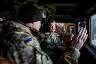 З'явилося відео, як Порошенко проводить тест-драйв американської бронемашини Humvee