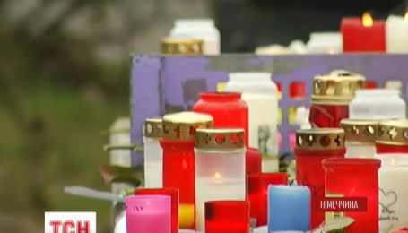К школе в Хальтерне несут свечи и цветы в память о 16 учениках, погибших в авиакатастрофе