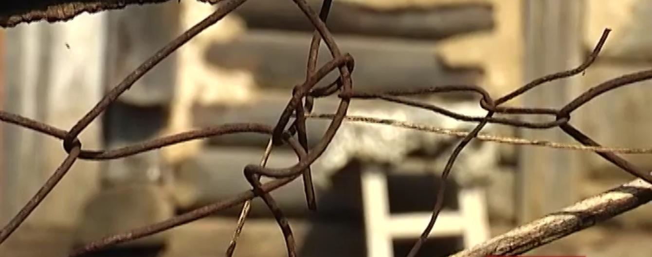 На Прикарпатті вітчим п'ять років щотижня ґвалтував маленьку дівчинку