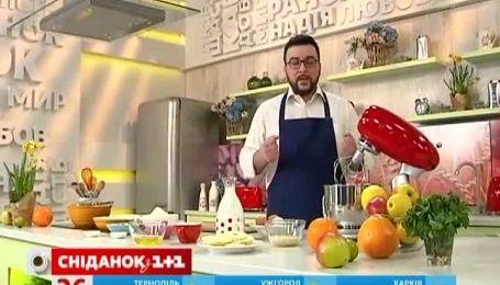 Руслан Сеничкин поделился рецептом сладкого омлета с карамелизированными яблоками