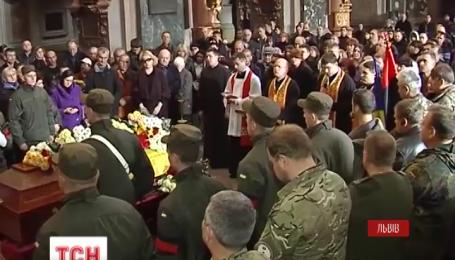 Во Львове простились с военным медиком Максимом Овчаруком