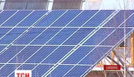 Жительница города Кицмань установила у себя во дворе солнечную электростанцию