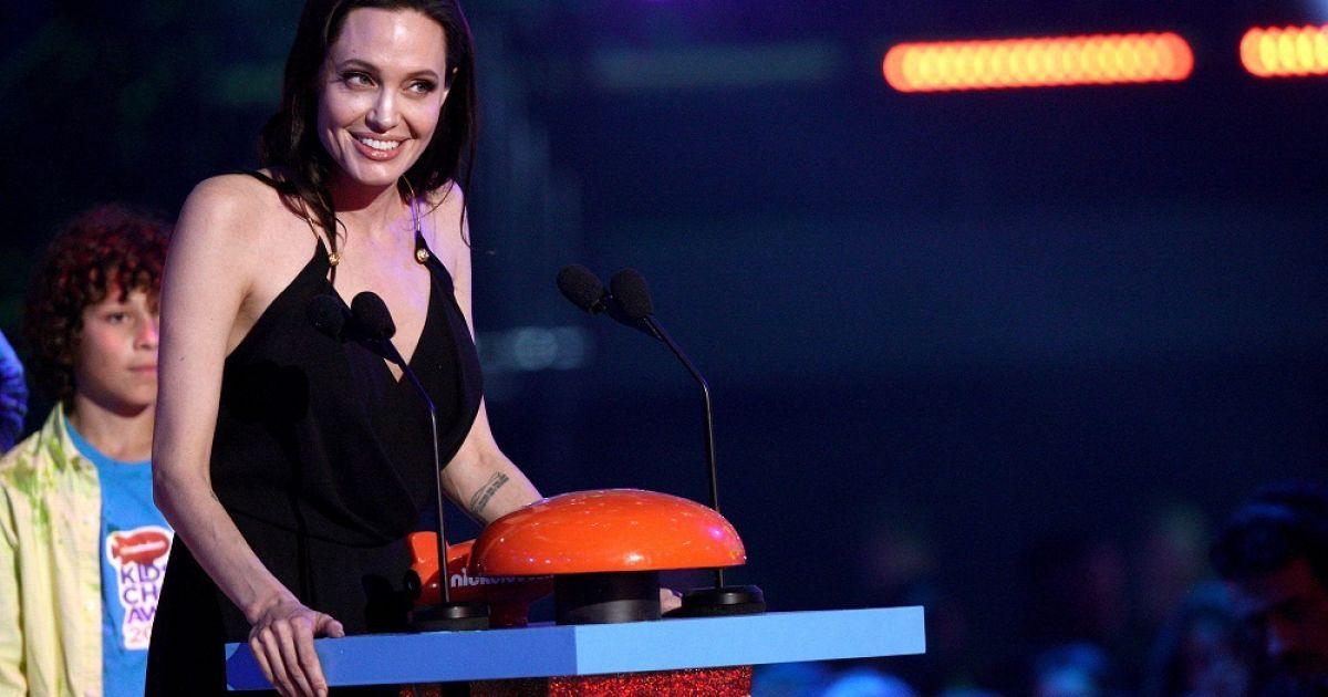 """Джолі отримала нагороду за роль лиходійки у фільмі """"Малефісента"""" @ Getty Images"""