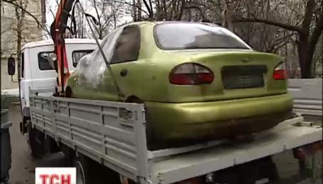 В столице с улиц убирают брошенные машины