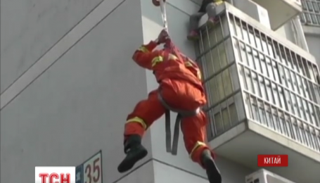 В городе Цзянсин пожарные смогли снять с балкона второго этажа шестилетнего ребенка