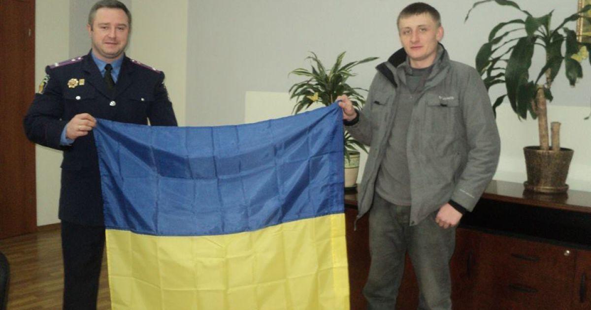 Прапор відразу ж був встановлений на своєму місці - над входом в будівлю міськвідділу @ ВКонтакте/Мария Коледа
