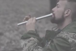 Музыка воинов: доброволец на сопилке сыграл эмоциональное посвящения гуцульского парня в легини