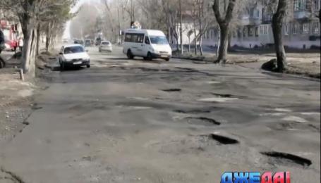 Водители в России засыпали гигантскую выбоину деньгами