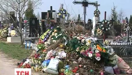 Церква просить не приносити на цвинтарі штучні квіти та вінки