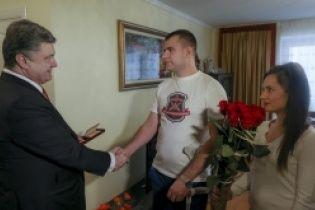 Президент відвідав родину українського військового і вручив бійцю орден