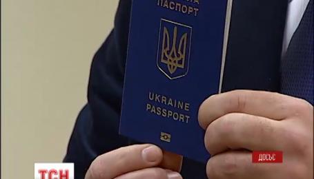 Українцям доведеться почекати на нові закордонні паспорти