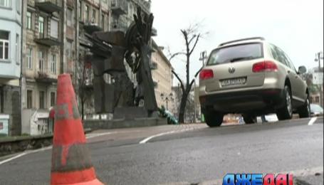 В Киеве дорогие машины паркуют на мемориале Чорновола