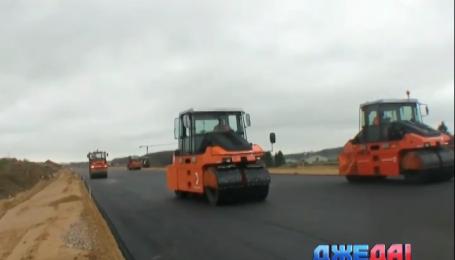 Ремонтники чинят дорогу на международной трассе Киев - Чоп