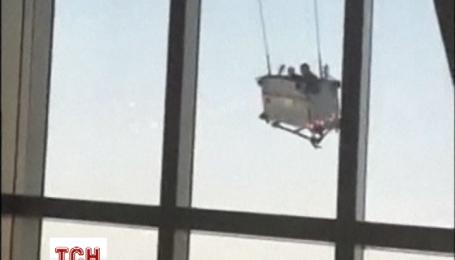 Прибиральники ледь не зірвалися вниз, коли мили вікна на 91 поверсі Шанхайського всесвітнього фінансового центр