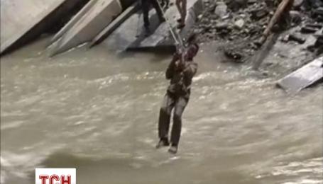 Китайские спасатели вытянули из реки строителей моста, которых чуть не смыло течением