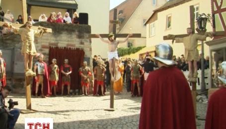 Католики вшанували Страсну п'ятницю відтворенням сцени розп'яття Ісуса Христа