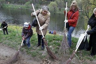 Кияни збираються у парках на весняну толоку