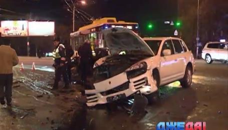 В центре Киева не разъехались две дорогие машины