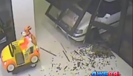 Два австралийца ворвались на авто в торговый центр и ограбили ювелирку
