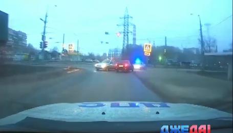 Российские полицейские почти час гонялись за неадекватным водителем
