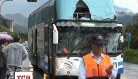 Дев'ять туристів отримали поранення в результаті зіткнення туристичних автобусів і вантажівки в Тайвані