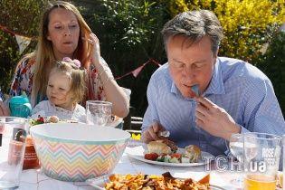 Британский премьер-министр насмешил пользователей Сети странным поеданием хот-дога