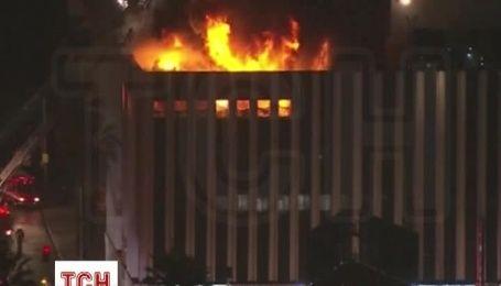 Сотня пожарных не могут потушить огонь в офисе в Лос-Анджелесе