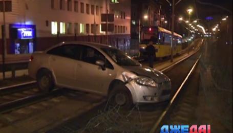 В столице авто с трамвайных путей вытаскивали более трех часов