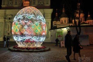 У центрі Києва з'явилася сяюча писанка-гігант