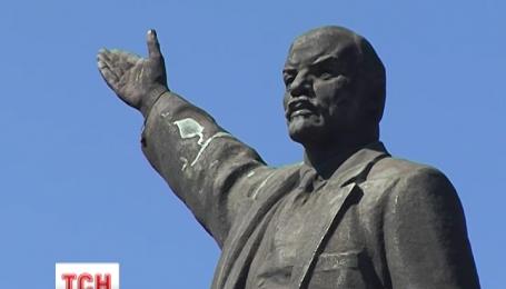 В Днепропетровске повалили последнего Ленина