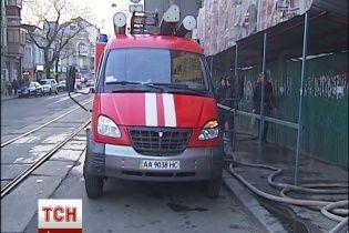 У Києві біля метро на Подолі загорілася новобудова