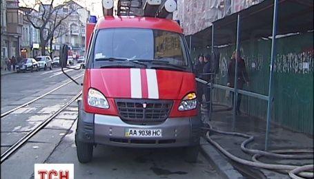 У метро «Контрактовая площадь» загорелась новостройка