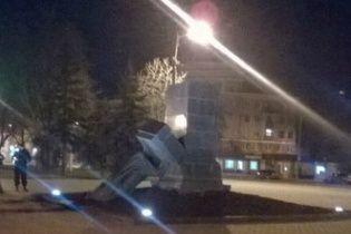 В Харькове повалили памятники трем советским деятелям