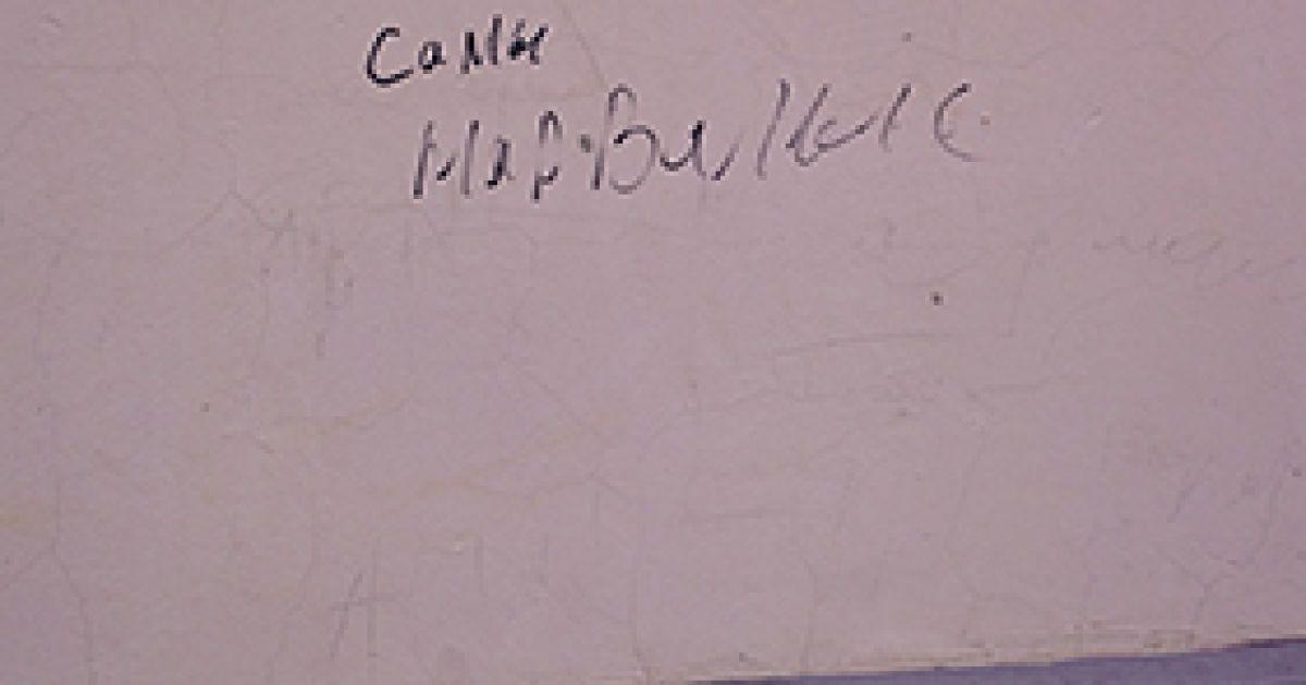 Силовики залишали на стінах образливі написи. @ Новая газета