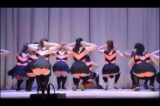 """В России закрыли школу танцев, явившую миру скандальных """"девушек-пчелок"""""""
