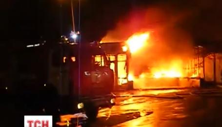 Вночі у Києві біля метро Позняки горіли МАФ