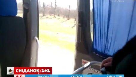 Кіровоградом курсує міська маршрутка з навстіж відчиненими дверима