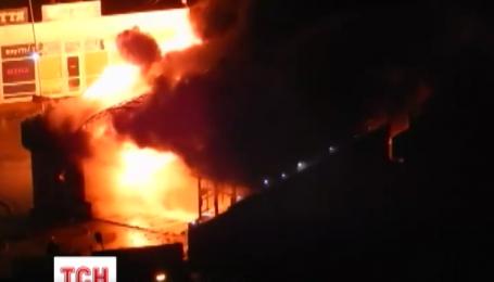 В Киеве возле метро Позняки ночью горели МАФы