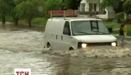 Водії залишали свої машини прямісінько на дорозі через повінь
