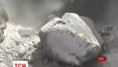 У Перу прокинувся вулкан Убінас, закривши небо димовою завісою