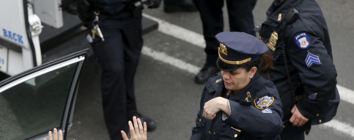 У США невідомий з тесаком пошматував поліцейського