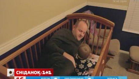 Татусь вкладаючи донечку, заснув у її ліжечку