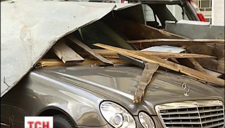 В центре Киева ветер снес крышу многоэтажки