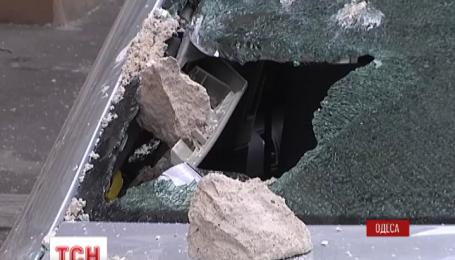 В Одессе на две машины упал кусок карниза